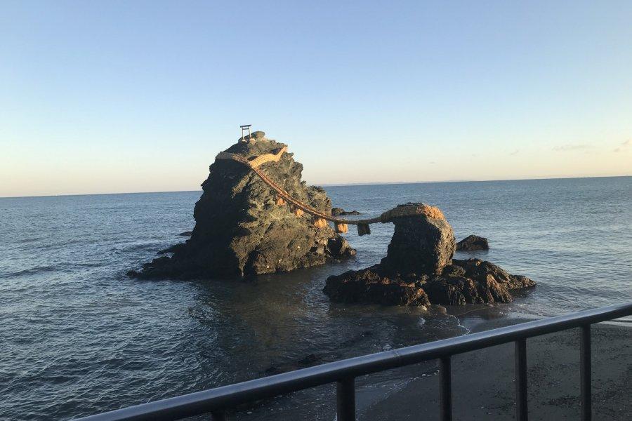 Скалы-супруги Мэото Ива